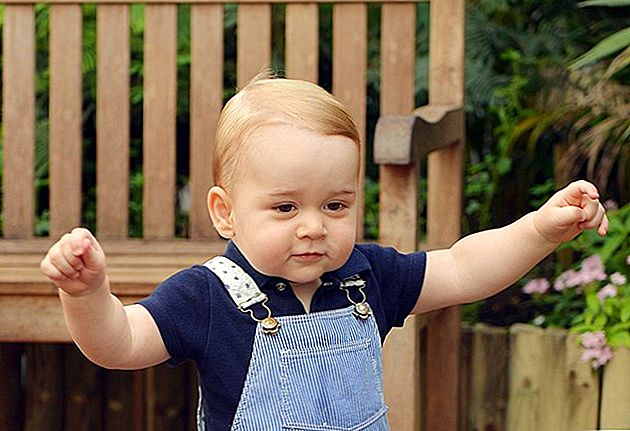 Prince William Jokes Han har sine hender full med Prince George